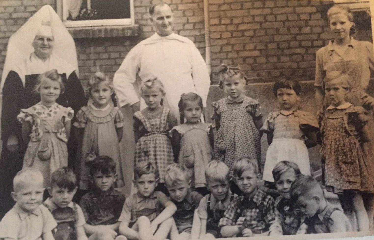 Die Kindergarten-Kinder von 1956 mit Schwester Vigelanzia.