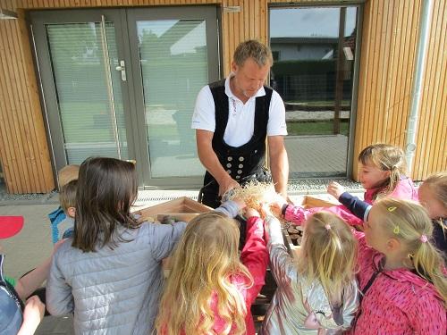 Kinder bauen ein Insektenhotel